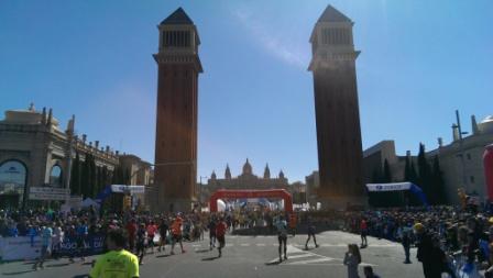 Målgången mellan tornen på Plaça d'Espanya